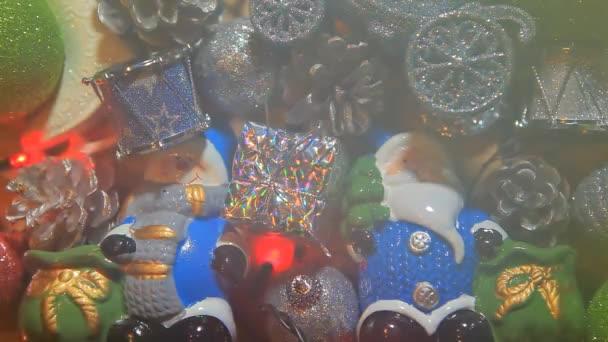 záběry novoroční hračky