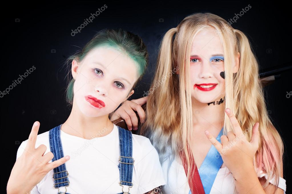 Nagie dziewczęta w wieku nastolatek