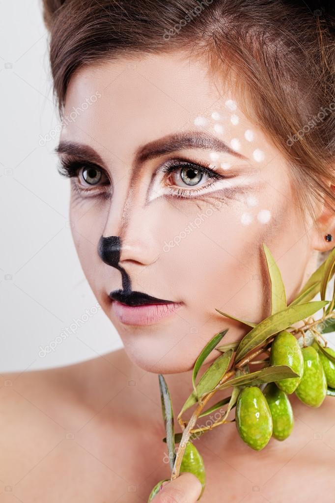 Jeune femme Deer Animal. Visage avec le maquillage artistique\u2013 images de  stock libres de droits