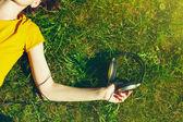 Fotografia ragazza che si trova nellerba di estate