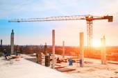 Fényképek torony daru az építkezésen, a reggeli napfény