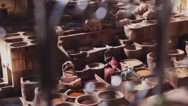 Arbeiter bereiten in der Gerberei Chouara Leder vor