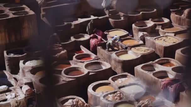 Männer arbeiten in der Gerberei Chouara