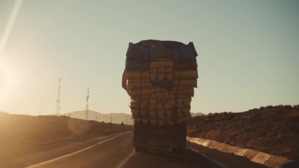 Mit Säcken beladener Lastwagen auf Wüstenstraße