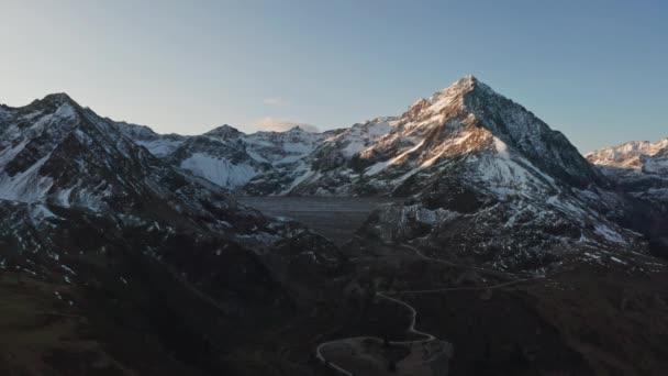 Krásná krajina letecké záběry hor se sněhem na vrcholu