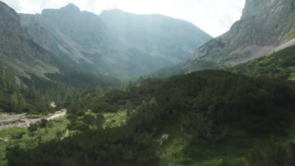 Let dronem přes svěží zelené údolí