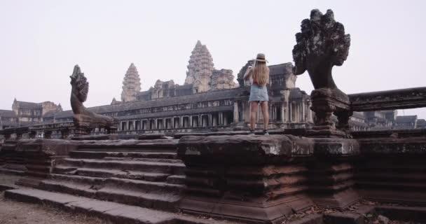 Széles látószögű felvétel egy személyről, aki egy csodálatos templomot fényképez.