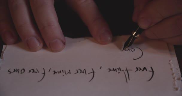 Nahaufnahme eines Fingers, der mit einem Füllfederhalter ein altes Papier signiert