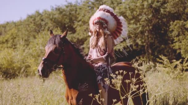 Lány indián fejdísszel lóháton