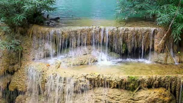 vodopád v tropickém deštném pralese