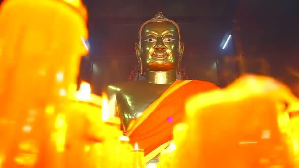 Buddha szobor, a gyertyák