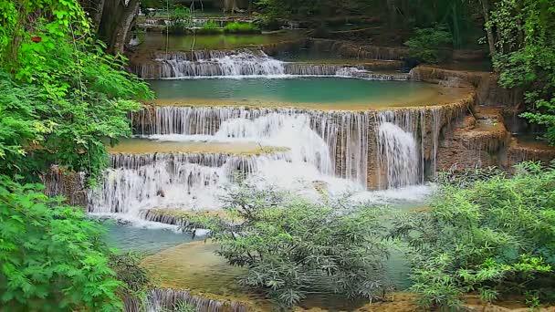 vízesés a trópusi esőerdőben
