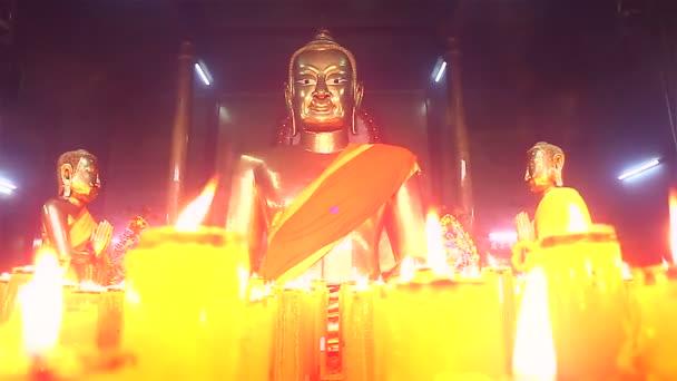Buddha szobrok, gyertyák