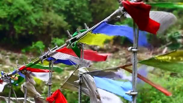 Buddhistické modlitební praporky ve větru