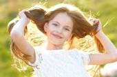portrét krásné holčičky na jaře