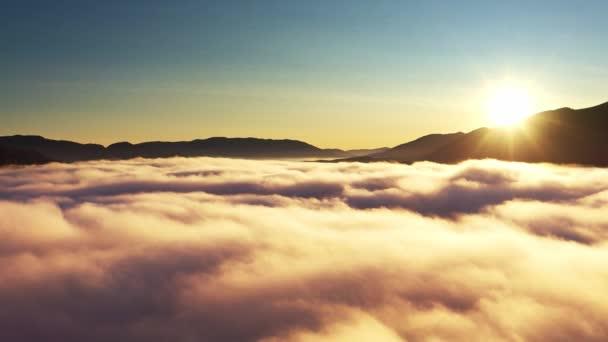 Hory pokrývala šedá mlha.