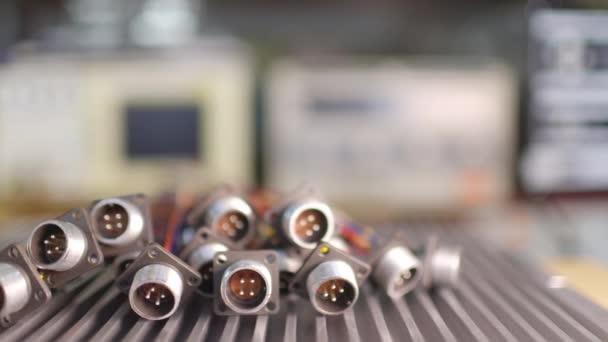 Posuvník záběr videa rozmazané kovové zásuvky pro zástrčky