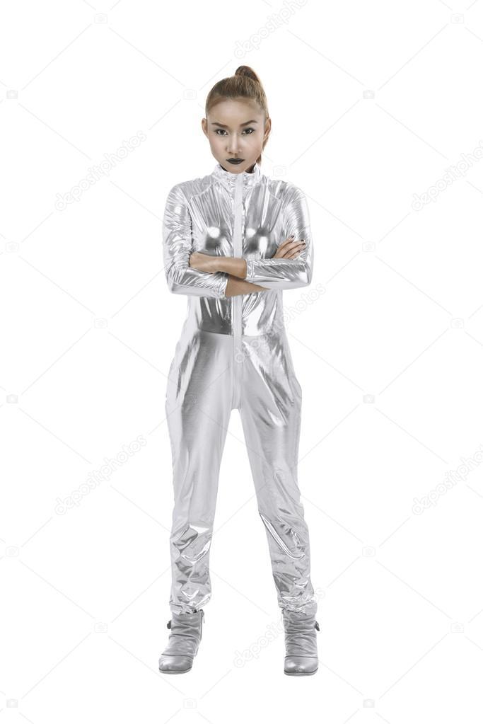 d8f4339e2108 Ασιατικές γυναίκα που φοράει το ασημένιο κοστούμι λατέξ απομονωθεί σε λευκό  φόντο. Φουτουριστικό πρωτότυπο εικόνας — Εικόνα από ...