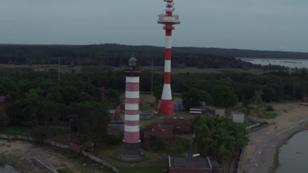 Let poblíž majáku Shepelevsky a komunikační věže na jižním pobřeží Finského zálivu Baltského moře