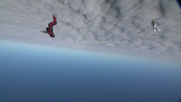 Fallschirmspringer sammelt Figur im freien Fall