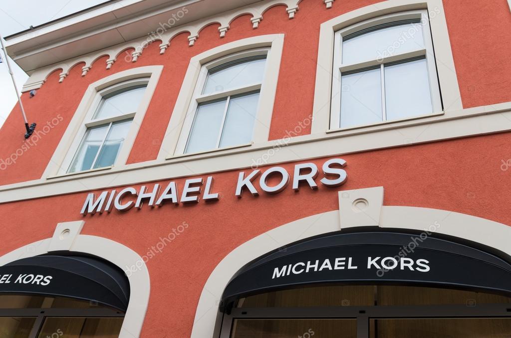 32b95b30f2d Roermond, Nederland - 14 juli 2015: Buitenkant van een Michael Kors winkel  aan de uitlaat van de ontwerpers Roermond. Michael Kors is een New York ...