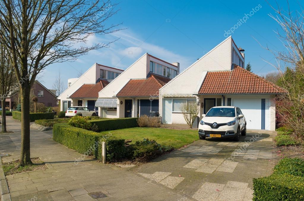 März 2015: Moderne Zeile Identisch Freistehende Häuser Mit Vorgarten Und  Eigener Parkplatz U2014 Foto Von Hansenn
