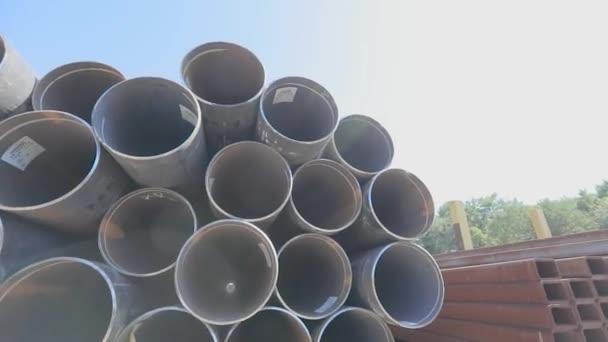Blick durch Metallrohre mit großem Durchmesser. Metallrohre mit großem Durchmesser in einem Metalllager, große Rohre in einem Freiluftlager, Rohre mit großem Durchmesser in Reihen gestapelt