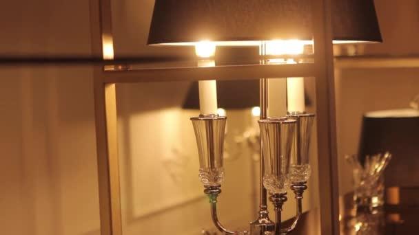 Klasická lampa. Ročník krásné lampy. Drahá luxusní lampa