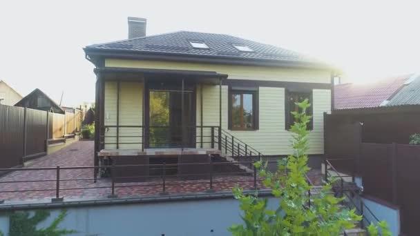 Kis ház barna csempe. Modern vidéki ház. Gyönyörű ház.