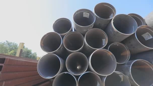 Metallrohre mit großem Durchmesser in einem Metalllager, große Rohre in einem Freiluftlager, Rohre mit großem Durchmesser in Reihen gestapelt