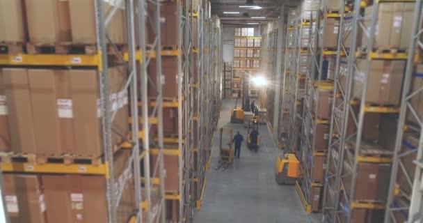 Nagy modern raktár panoráma. Berendezés a raktárban való munkához. Sokan dolgoznak a raktárban..