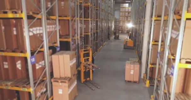Aktív munka a raktárban, nagy modern raktár, ipari belső tér