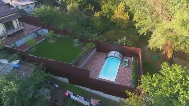 Gyönyörű modern ház tetejére néző. Repülés egy kis ház felett gyeppel és medencével.