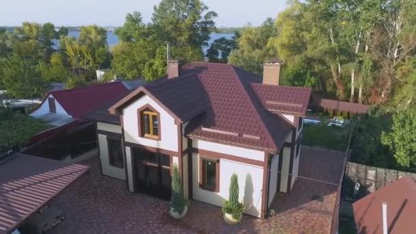 Repülj körbe egy gyönyörű kis vidéki házban. Drón repked a ház körül. Frissen épült vidéki ház a levegőből