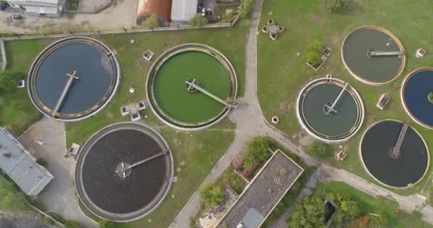 Wasseraufbereitungsanlagen. Die Kläranlage hat eine runde Form von oben. Überflug einer Kläranlage