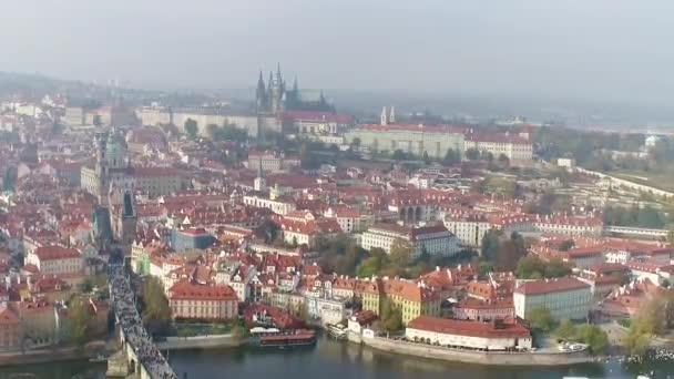 Letecký pohled na Pražský hrad, panoramatický výhled na Pražský hrad z dronu
