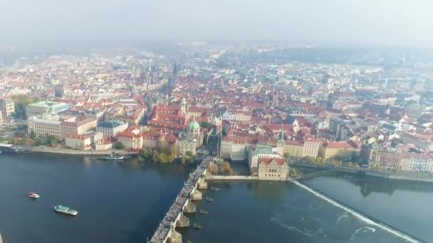 Let nad řekou vlatvou v Praze, panoramatický výhled na Prahu ze vzduchu