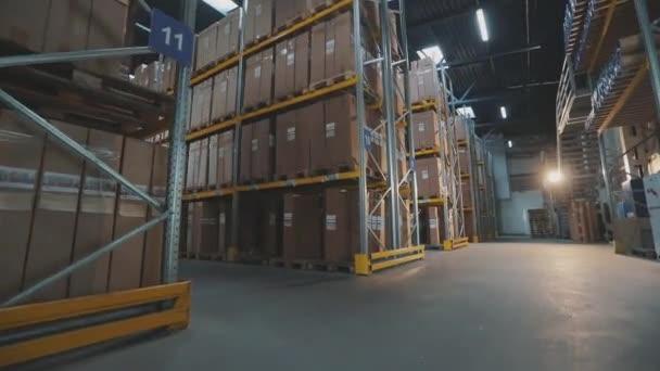 A raktár munkásai dobozokat szállítanak. A raktár dolgozója árut szállít..