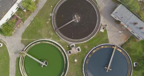 Überflug einer Kläranlage. Die Kläranlage hat eine runde Form von oben. Wasseraufbereitungsanlagen.