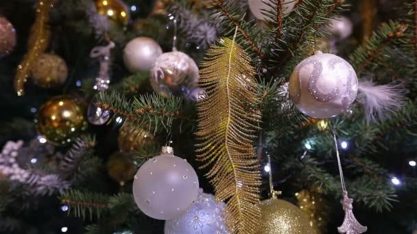 Koule na stromě Nového roku. Nádherně zdobený vánoční stromek. Vánoční stromek s dekoracemi.