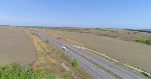 Ein Tanklastzug fährt über die Autobahn, von oben gesehen. Ein Wagen fährt auf der Straße von einer Drohne aus