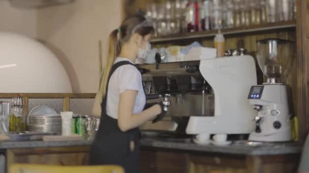 Barista kocht Kaffee im Coffeeshop, stilvolles Café, Workflow im Coffeeshop
