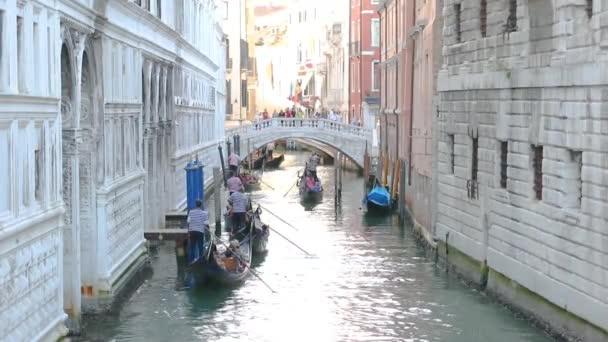 Krásný úzký kanál v Benátkách. Úzký kanál s bílými domy kolem. Canal Bridge of Sighs Venice