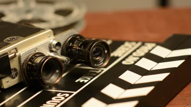 Filmové klapky lež s retro fotoaparát