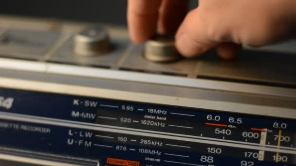 Rukou upraví radio rekordér s kanály