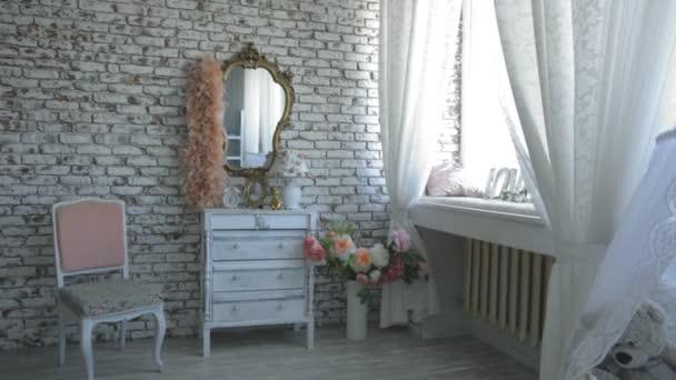 Studio di interni con uno specchio, fiori, cassettiera