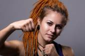 Photo Close-up portrait young woman with dreadlocks in a fighting stan