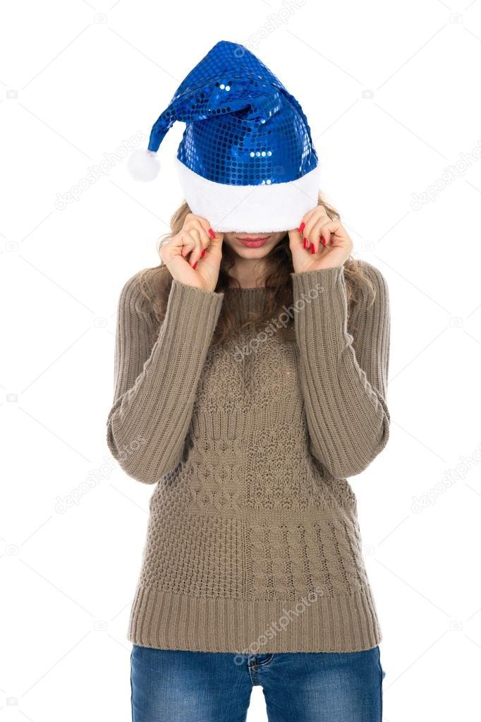 346f867d25c72 Mujer enojada con un sombrero de Navidad cubriendo sus ojos contra un whi —  Fotos de