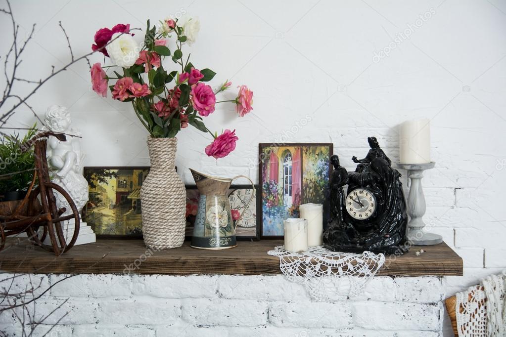 jarrones de diseo de interiores con flores y velas reloj de chimenea de ladrillo u foto