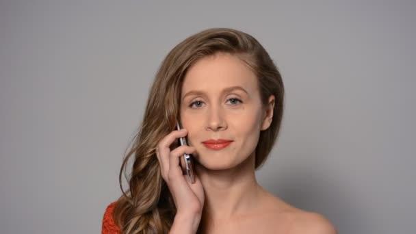 Glückliche Frau telefoniert.